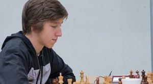 Mikrofont kerestek a magyar sakkozó fülében