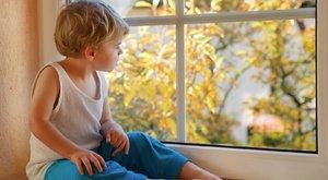 Életveszélyes állapotbanvan az ablakból kiesett magyar fiú
