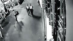 Profilozó elemzi a merénylőről készült képeket