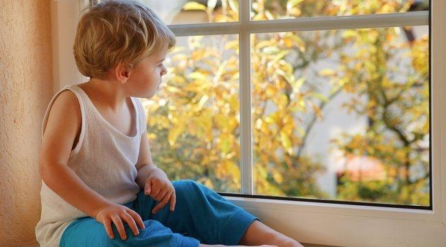 Újra jár az ablakon kizuhant magyar kisfiú