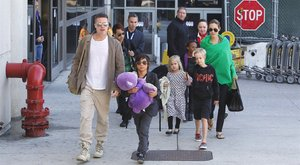 Jolie dadája Pitt mellé állt