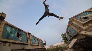 Nem semmi!Kilőtt tankok között ugrálnak a jemeni fiatalok – képek