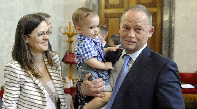 Korkülönbség: felesége apjának nézték Szanyi Tibort