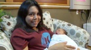 Sorban állás közben szülte meg gyermekét - videó