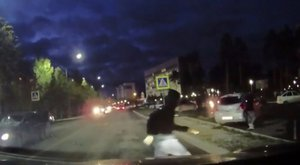 Tarolás: 4 tinit gázolt el a zebrán a sofőr. Sokkoló videó!