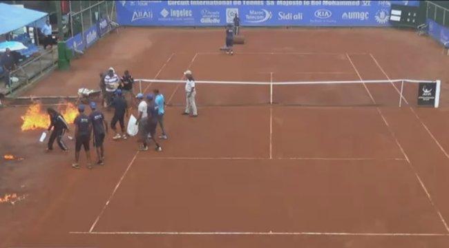 A meccs szünetében gyújtották fel a teniszpályát