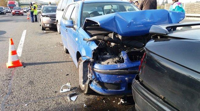 Tömegkarambol: 7 autó ütközött az M3-ason, két gyerek megsérült – fotók