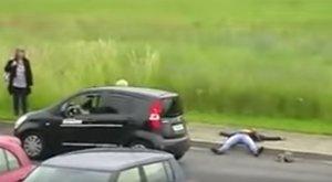 Halottnak tetette magát, hogy ellopja az autót – videó
