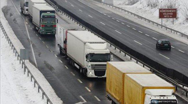 Két kamion karambolozott– félpályás útlezárás az M7-esen