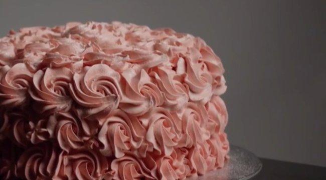 Ez az új dili? Üljön rá pucéran egy tortára - és persze videózzon!