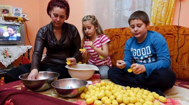 Tímea rabszolgamunkában rakja össze a kindertojásokat Romániában