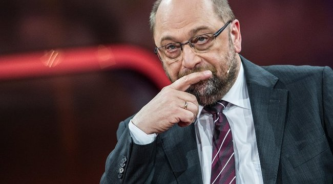 Megdöbbentő: húggyal dobálták Schulz házát