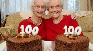 Megható: századik születésnapját ünnepelte az ikerpár