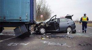Ismét életet követelt egy kamion és egy személyautó ütközése