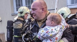 Hősként ünneplik a babamentő tűzoltót