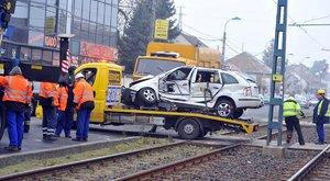 Villamos zúzott szét egy autót az Üllői úton – fotók