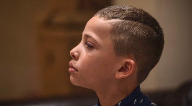Elvesztette a munkáját, mert a fia haja túl rövid lett