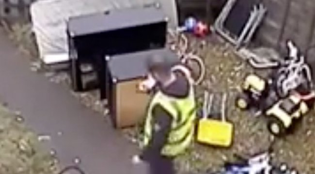 Megőrült? A kukába dobta a gyerekek karácsonyi ajándékát a kézbesítő – videó
