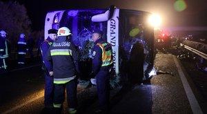 Horrorbaleset az M3-ason: a busz roncsa alá szorult az apa teste