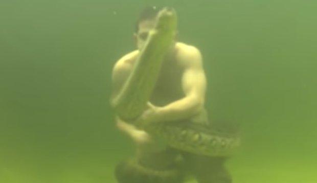 Halálosan komoly: anakonda tekeredett a komikusra a víz alatt - videó