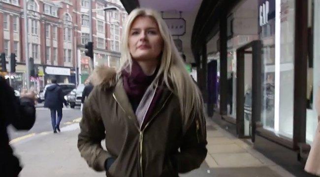 Észreveszik-e az utcán, hogy nincs a nőn nadrág? – videó