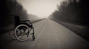 Komoly baleset lehetett volna: kerekesszékkel közlekedett a forgalmas úton