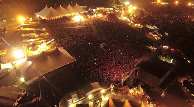 Sikítva menekültek az életükért: hatalmas káosz a fesztiválon