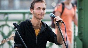 Olasz teherhajón karácsonyozott a rákos zenész
