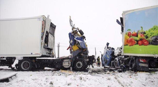 Sokkoló fotók: frontálisan ütközött két kamion