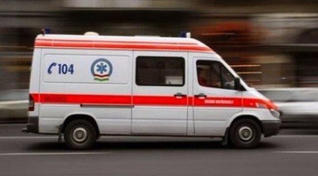 Rugdosta és ököllel vertea mentősöket a győri fiatal