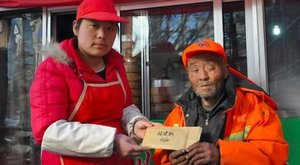 Háromhavi fizetése tűnt el az idős utcaseprőnek, mégis hatalmas öröm érte