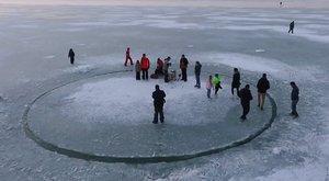 Jégkörhintátvágtak a Balatonba – videó