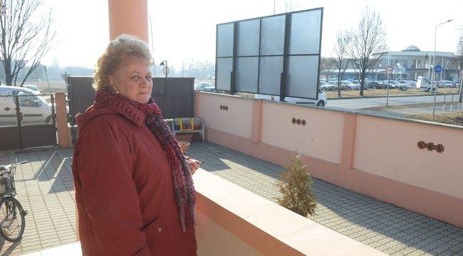 Gigaplakát keseríti Horváthék életét