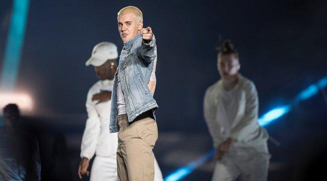 Botrány! Justin Bieber lefejelte rajongóját