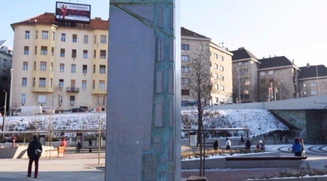 Emberi óra került a Széll Kálmán térre - fotó