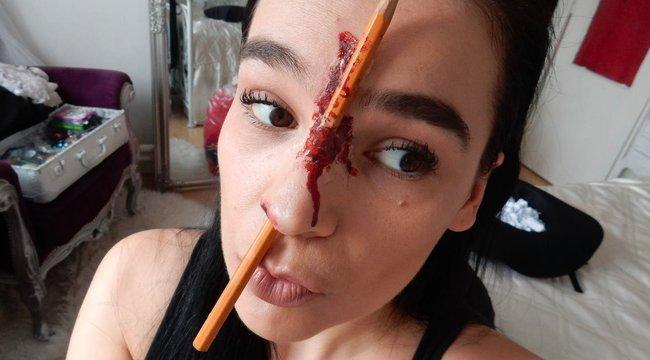 Ceruzával fúrja át az orrát Angéla - fotók