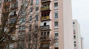 Ablakpucolás közben zuhant a mélybe a 70 éves néni
