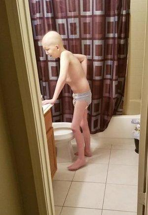 Elképesztően megrázó képet és üzenetet közölt a rákos tízéves fiú anyukája