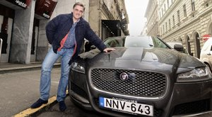 Luxusautóval furikázza gyerekeit Kautzky - fotók