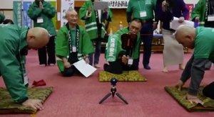 Fura játékot űznek a japán kopaszok