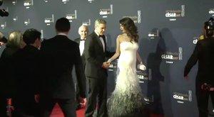 Hoppá! Igencsak gömbölyödik Amal Clooney pocakja (videó)
