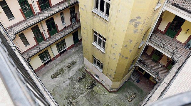 Egy 22 éves zuhant le a negyedikről Budapesten