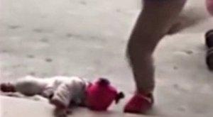 Borzalmasan megrugdosta a gyerekét, csak mert sírt – videó (18+)