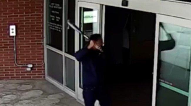 Most komolyan, kinek jut eszébe pont egy rendőrőrsöt szétverni?! videó