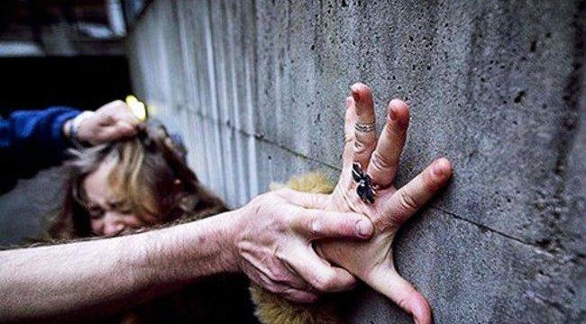 Láncot tekert a nyakába, baltával ütötte élettársa lányát az erőszakos tolnai férfi