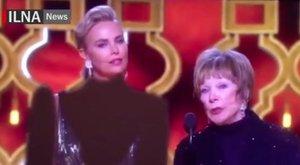 <b>Ez aztán a cenzúra:</b> ruhát rajzoltak a díjátadó Charlize Theronra!