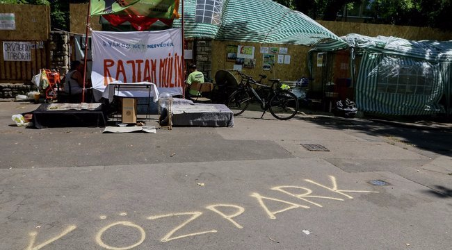 Alvó kislányba rúgott a budapesti rendőr