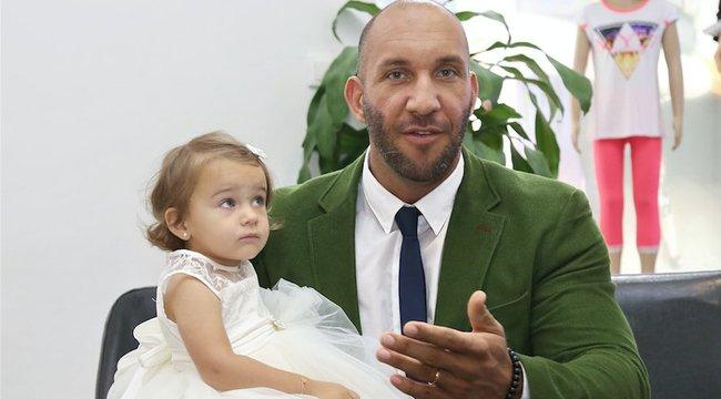 Mobilt vett 3,5 éves lányának Berki Krisztián