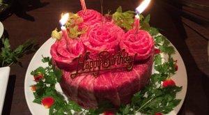 Ínycsiklandozó? Nyers húsból készülnek a torták Japánban