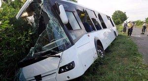 Kilenc magyar diák sérült meg, mikor árokba borult egy busz Csernakeresztúrnál
